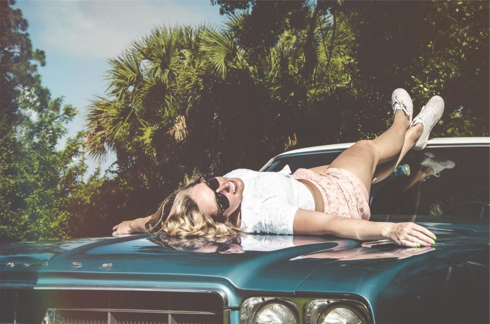 Femme sur une voiture